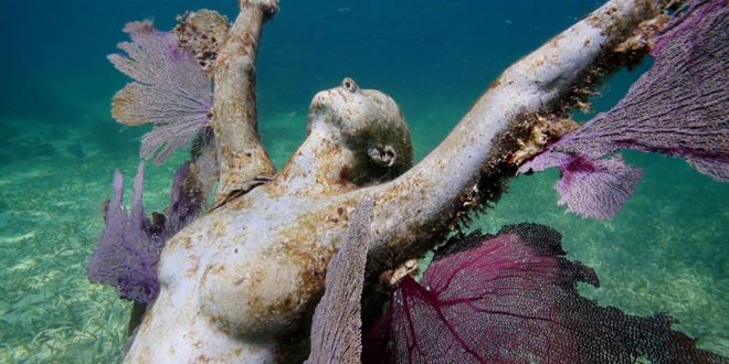 Angel Azul investigates the artistic journey of Jason deCaires Taylor, who creates artificial coral reefs with statues cast from live models.